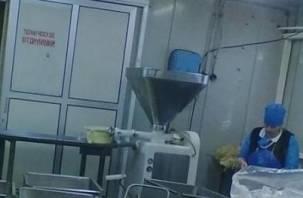 Сама засунула руку в мясорубку. Несовершеннолетняя девушка лишилась пальцев на предприятии «Катынских колбас»