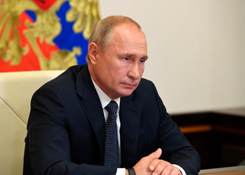 Песков рассказал, почему Путин ходит без маски