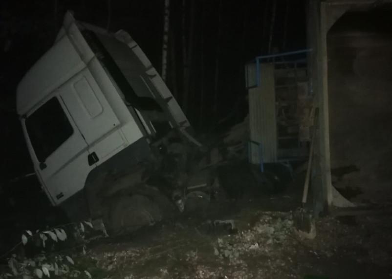 В Сети опубликовали видео вылетевшей в кювет фуры в Смоленской области