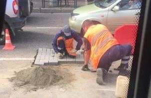 В Смоленске дорожную яму рабочие залатали брусчаткой