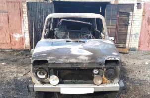 Потратил два огнетушителя. В Смоленске «Нива» сгорела возле гаража