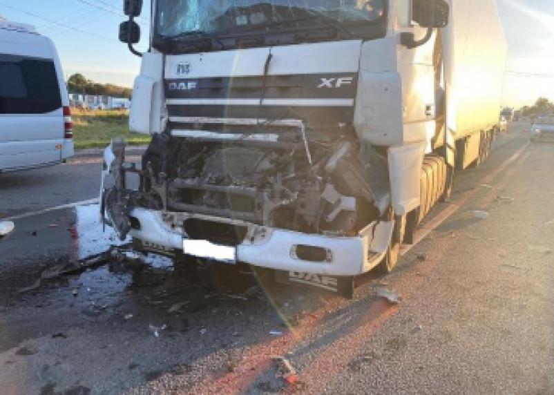 Столкновение двух фур на трассе М-1 закончилось госпитализацией водителя