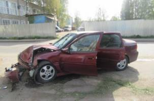 В Смоленске водитель иномарки протаранил столб и попал в больницу