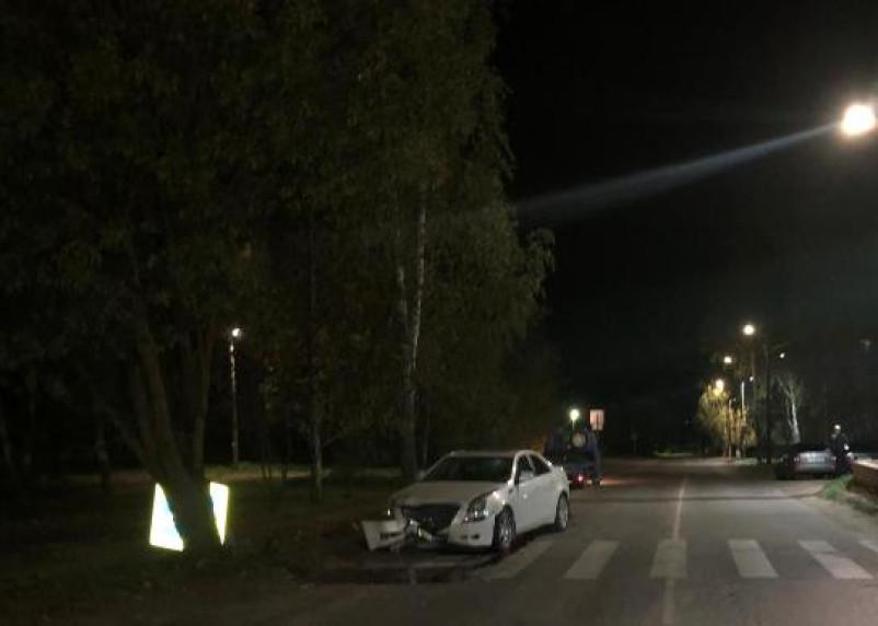 В Рославле Кадиллак врезался в пешеходный дорожный знак