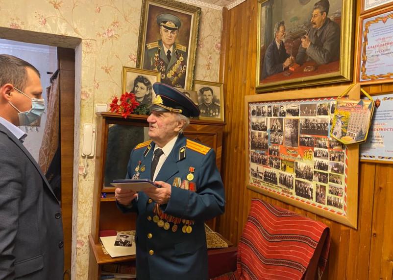 Легендарного 99-летнего Русакова наградили памятным знаком ФСБ