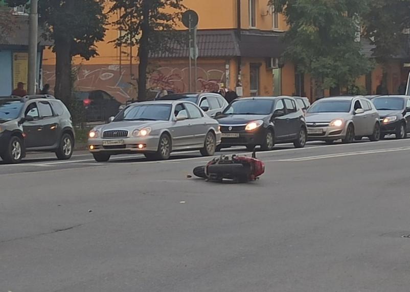 В Смоленске мотоциклист сбил девушку