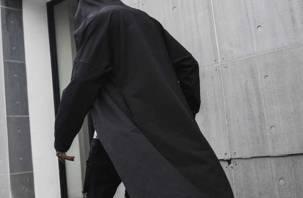 В длинном плаще и маске. Гастарбайтер устроил серию разбойных нападений на заправки
