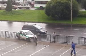 В Смоленске служебный автомобиль протаранил ограждение