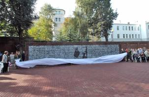 В Смоленске открыли мемориальную стелу «Бессмертный полк»