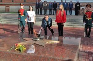 В Смоленске зажгли Вечный огонь в Сквере Памяти Героев