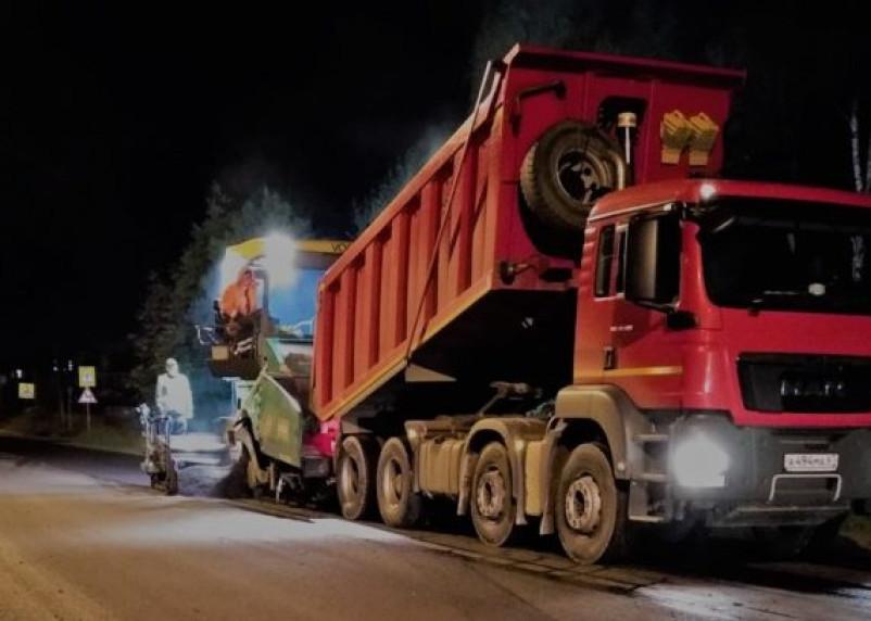 На дороге в Миловидово ведется устройство верхнего слоя асфальтобетонного покрытия