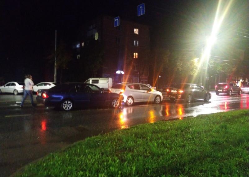 В Смоленске на Кирова собрался «паровоз» из трех авто