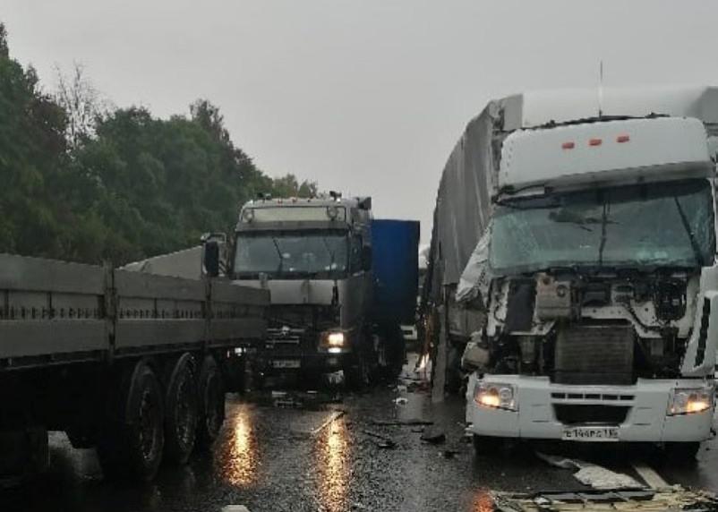 На дороге в Вяземском районе столкнулись 4 фуры