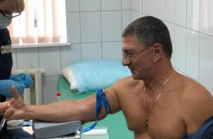 Доктор Мясников стал добровольцем и сделал прививку от коронавируса