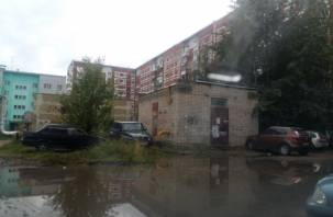 Жители Смоленска жалуются на «море» во дворе