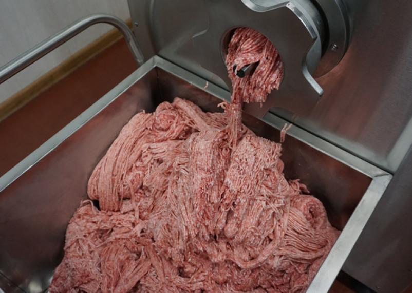 17-летней смолянке отрубило пальцы мясорубкой на производстве