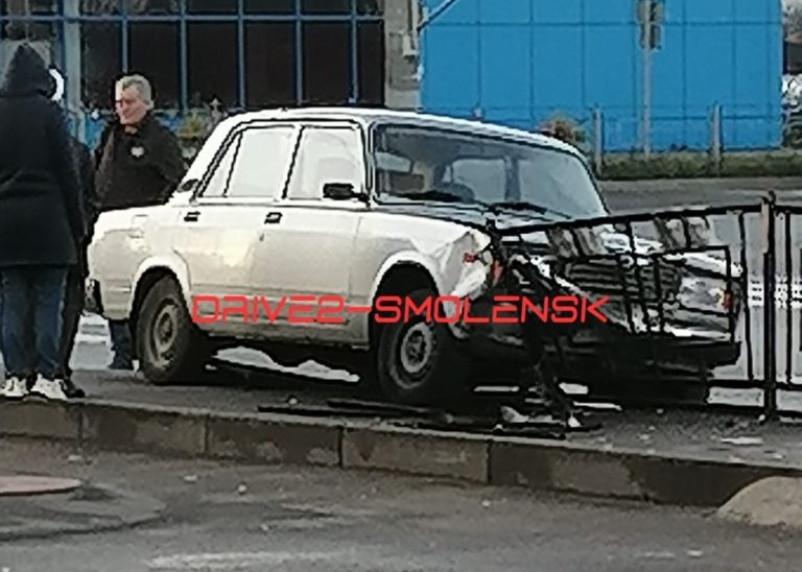 В Смоленске легковушка проверила на прочность металлический забор