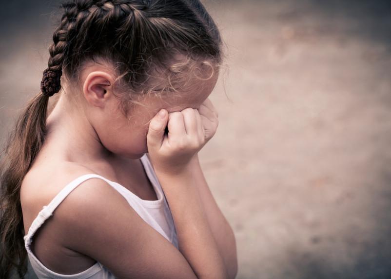«Успел раздеть». В Смоленске на улице Нахимова на маленькую девочку напал педофил