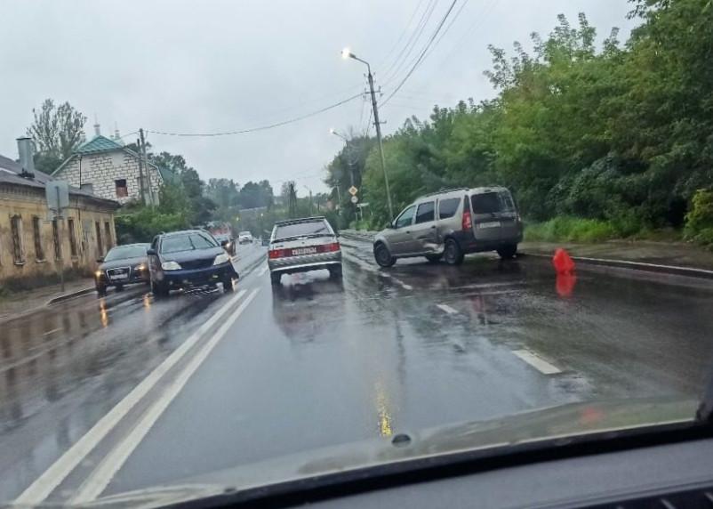 В столкновении двух автомобилей на улице Соболева пострадала женщина