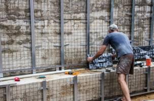 В сквере Памяти героев в Смоленске начался монтаж мемориального панно