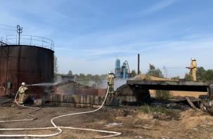 Фото с места пожара на территории битумного завода
