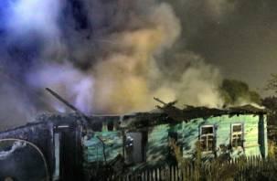 Пожар в Гнёздове тушили три часа. Хозяин дома госпитализирован с ожогами