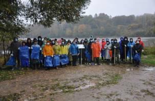 Волонтеры Смоленского отделения Сбера очистили берег реки от мусора