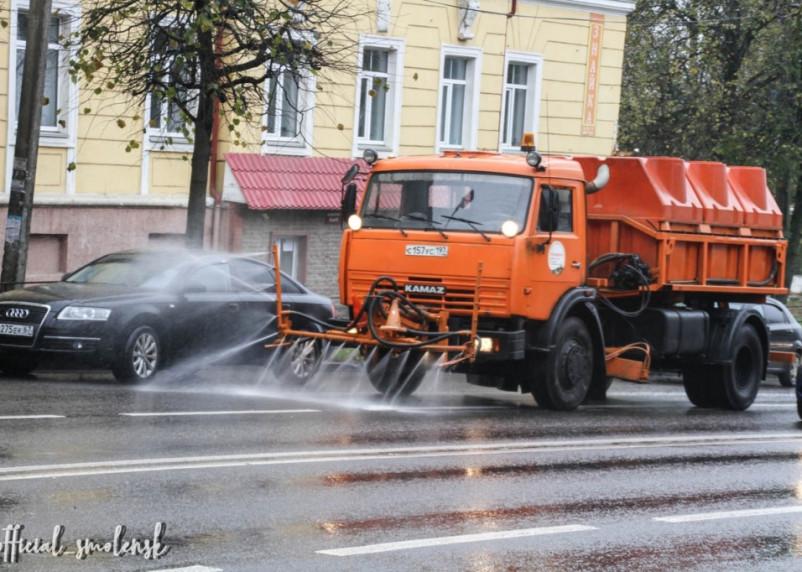 В Смоленске дезинфицируют дороги от коронавируса