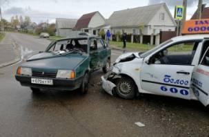 В Рославле в ДТП с Вазом и Грантой пострадала автоледи