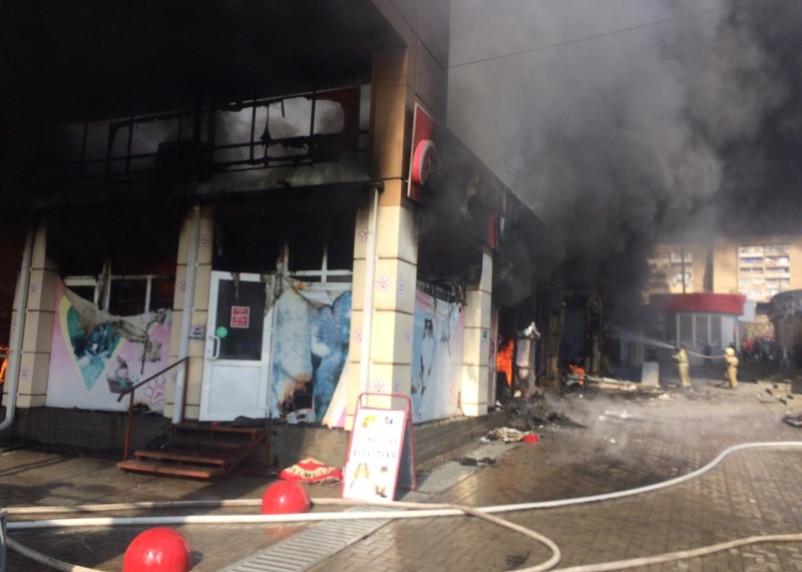 В Ростовской области тушили крупный пожар на торговом рынке