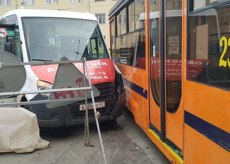 Первое ДТП с трамваем на Николаева. Скорая и ГИБДД на месте