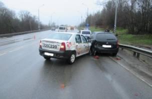 В Смоленске в ДТП пострадал водитель такси