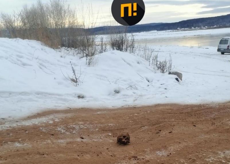 Российскую обледенелую дорогу посыпали песком с человеческими останками