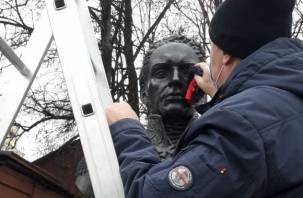 В Смоленске вандалы осквернили бюсты в Сквере Памяти героев