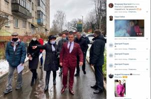 Депутат Смоленского горсовета «на сортировке» поразил избирателей малиновым пиджаком