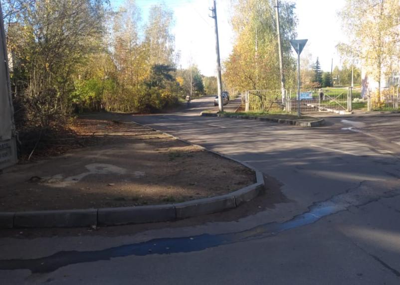 Маршрут к школе №39 и поликлинике №4 в Смоленске представляет опасность для детей и взрослых