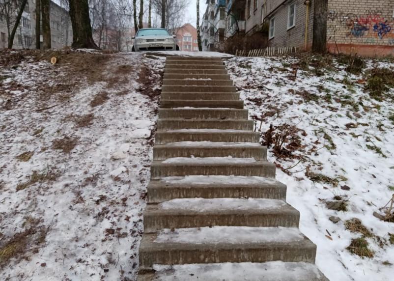 Смоляне жалуются на очень крутую лестницу на Маршала Соколовского