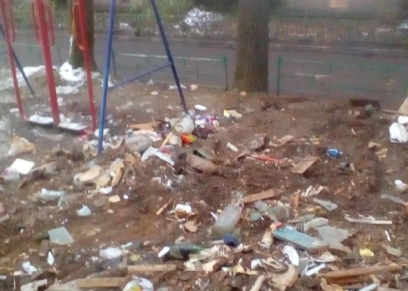 Жилищник устроил помойку на детской площадке в Смоленске
