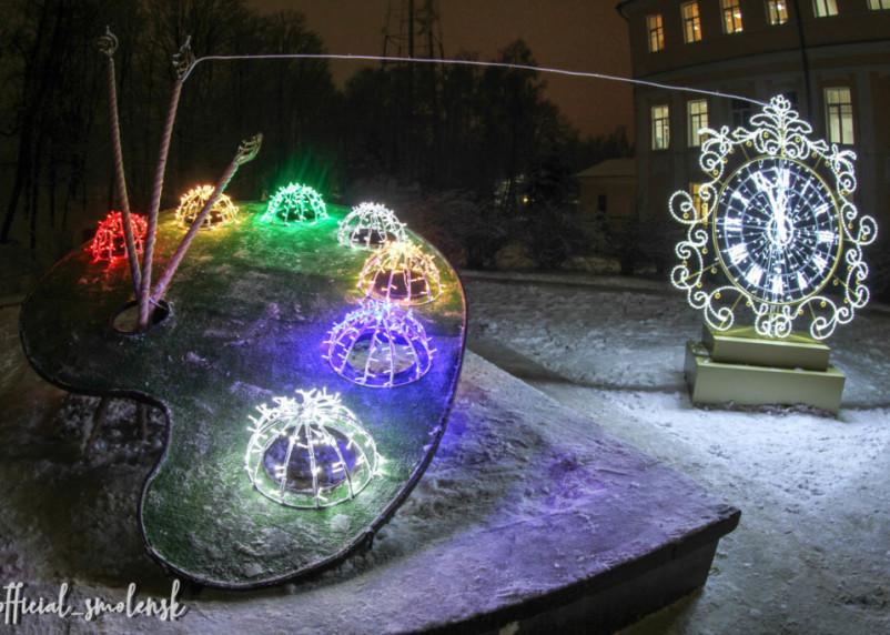 Перед глазами смоленских чиновников зажгли новогодние арт-объекты