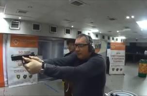 Рогозин показал, как умеет стрелять из пистолета