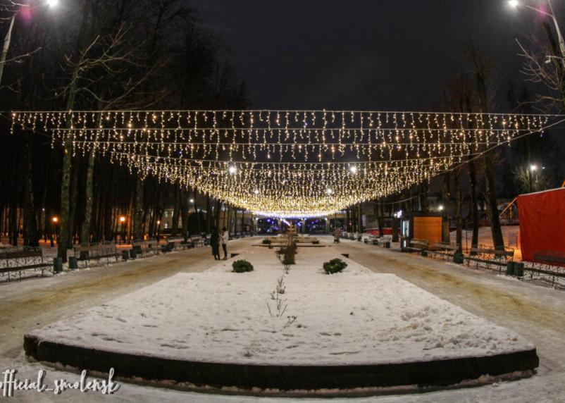 Центральный парк Смоленска украсили к Новому году