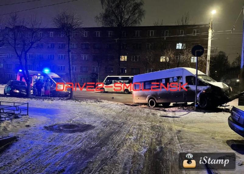 В Смоленске произошло жесткое ДТП с участием такси и маршрутки
