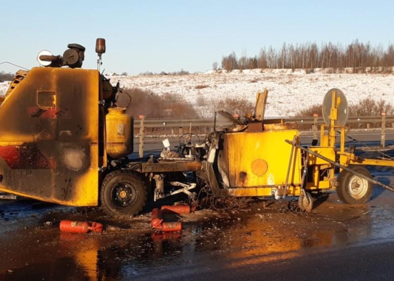 В Смоленской области на М-1 от удара фуры загорелась дорожная техника