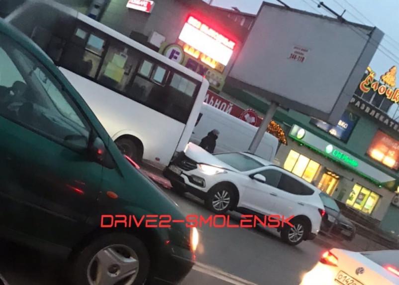 В Смоленске внедорожник протаранил маршрутку
