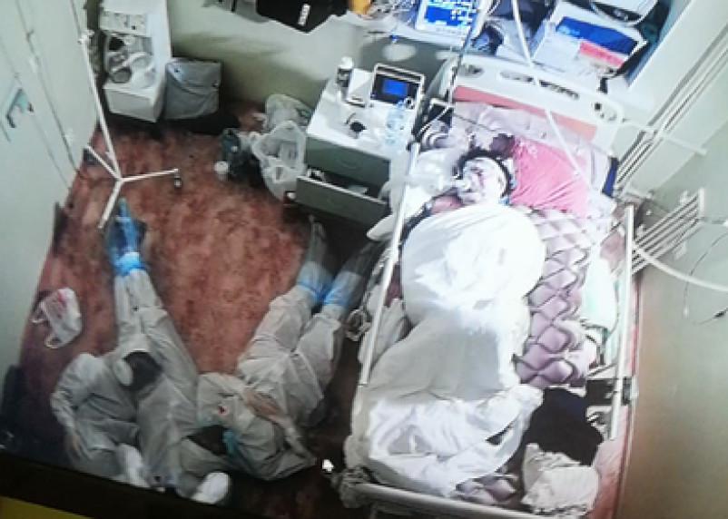 Фото уснувших на полу возле пациента врачей растрогало россиян