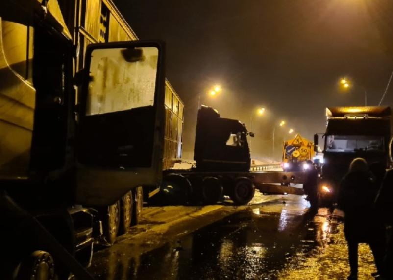 Гололед спровоцировал массовую аварию фур в Смоленской области
