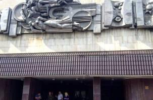 Собственник здания на проспекте Гагарина обещает вернуть на фасад снятые горельефы