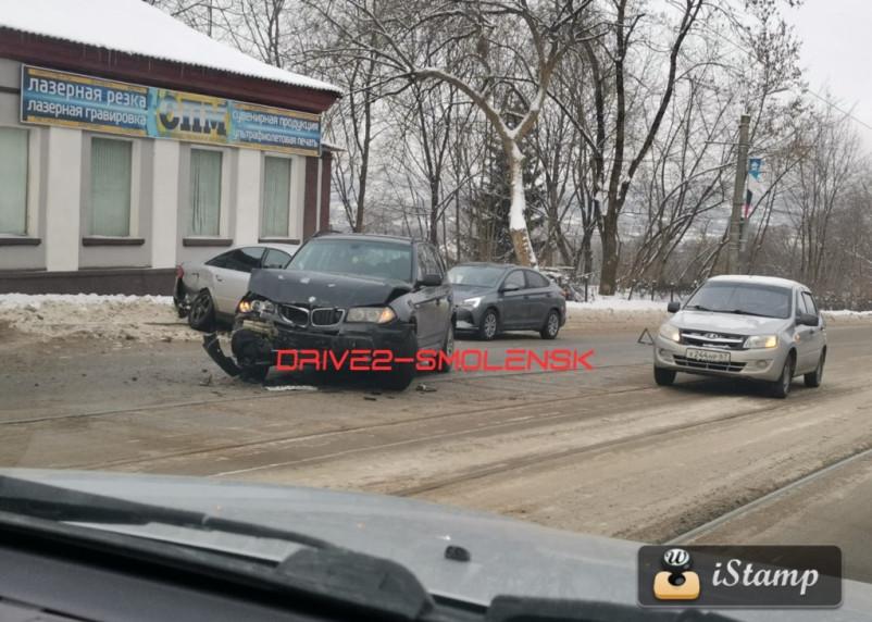 Серьезная авария произошла на улице Дзержинского в Смоленске
