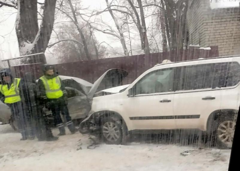 В Смоленске на улице Дзержинского произошло серьезное ДТП. Пострадали двое