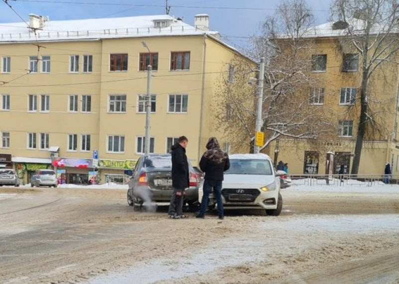 Две легковушки столкнулись на проспекте Гагарина в Смоленске